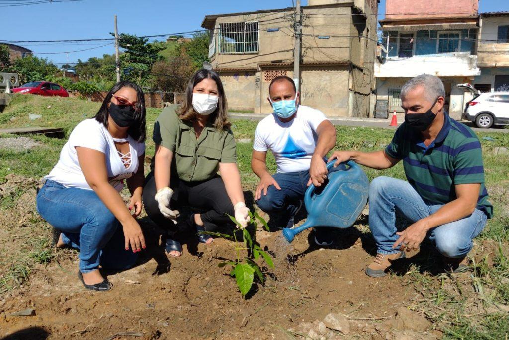 A prefeita Fernanda Ontiveros (2ª da esquerda para a direita) parabenizou a iniciativa e plantou a primeira muda da ação/Igor Lima/Divulgação/PMJ