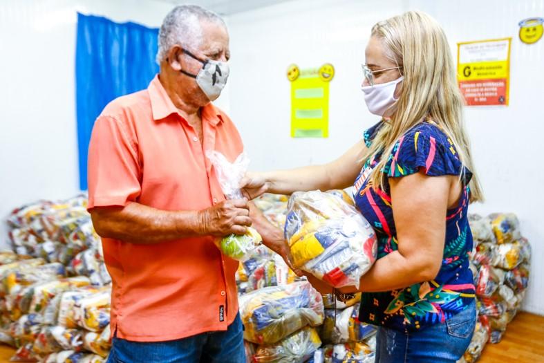 O aposentado Vilson José foi à escola buscar a cesta básica da neta Ana Luiza/Rafael Barreto/PMBR