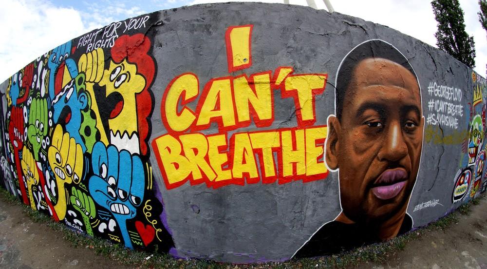 Grafite do artista 'EME Freethinker' em apoio aos protestos pela morte de George Floyd é desenhado no parque público 'Mauerpark', em Berlim, na Alemanha — Foto: Michael Sohn/AP