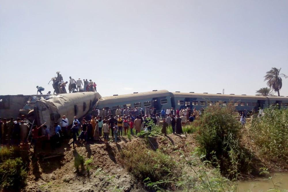 Aglomeração ao redor de dois trens que colidiram na cidade de Sohag/Stringer/Reuters