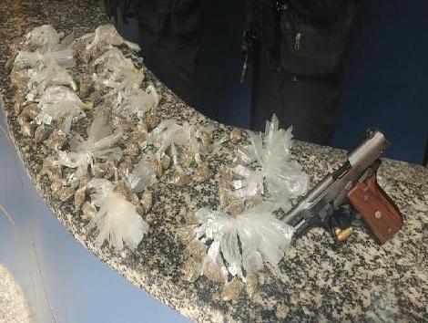 Os agentes apreenderam uma pistola e 112 sacolés de maconha/Divulgação