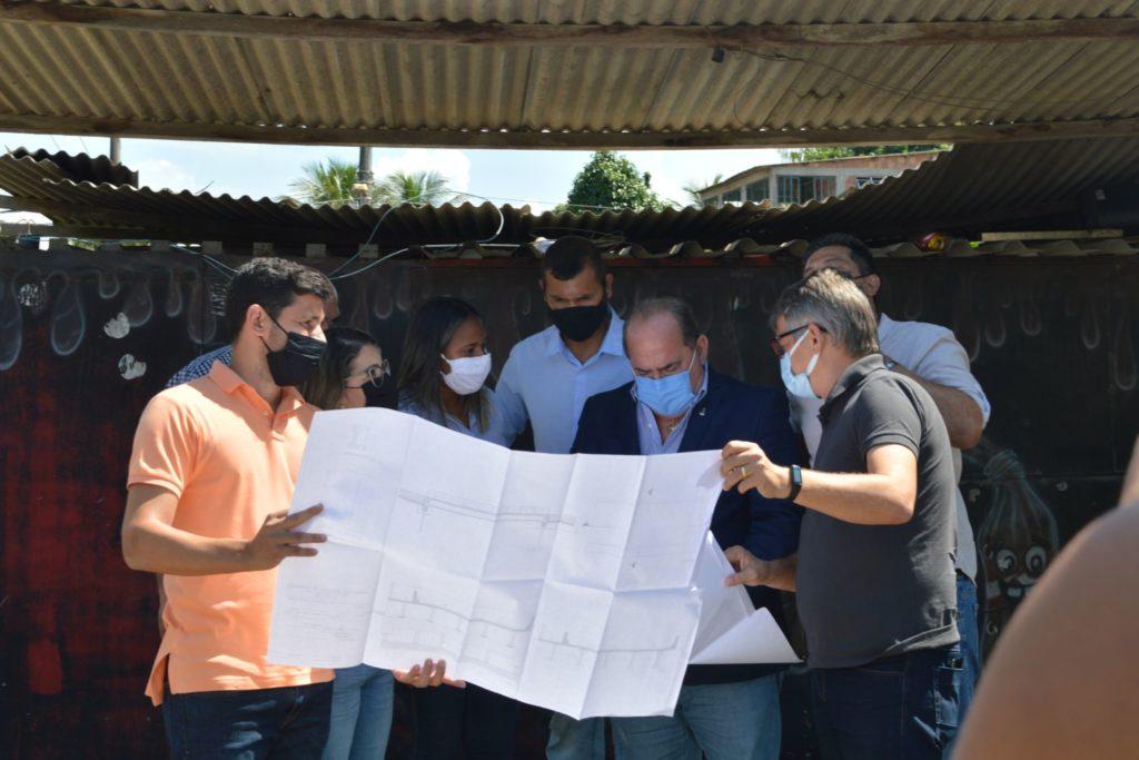Deputado federal Pedro Augusto e o prefeito Glauco Kaizer conversam sobre o projeto com técnicos/Divulgação/PMQ