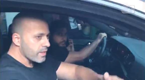 Deputado Daniel Silveira (PSL-RJ) deixa a cadeia sob aplauso de apoiadores/Reprodução/G1