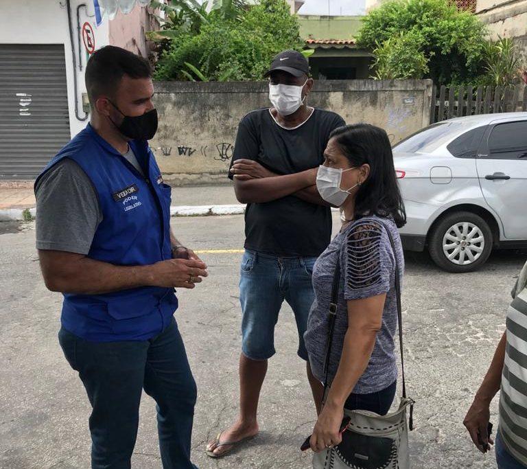 Vereador Roberto Emídio conversa com moradores do Banco de Areia/Divulgação
