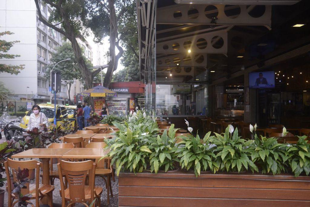 Lanchonetes, bares e restaurates do Rio de Janeiro reabrem hoje(2) com restrição de horário, lotação e distância entre mesas.