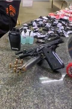 Arma, munição e drogas foram apreendidas por policiais/Reprodução/Twitter