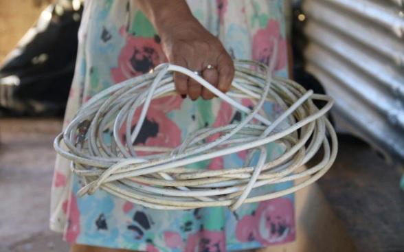 Cabos de fibra óptica foram usados para agredir a menina/Reprodução/Josiel Lucas / Agência O Dia