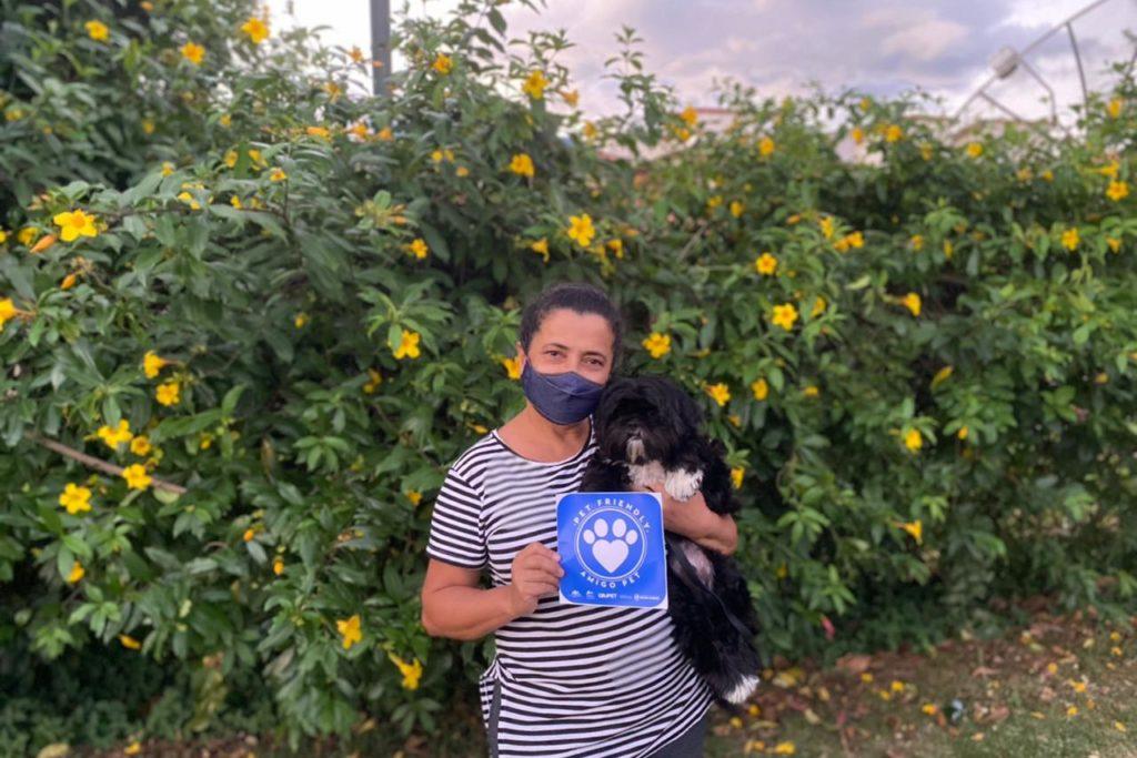 A funcionária pública Zenilha Nunes Maria aproveitou o friozinho do fim de semana e se hospedou com a família e o cachorrinho Digdin/Divulgação/RJPET
