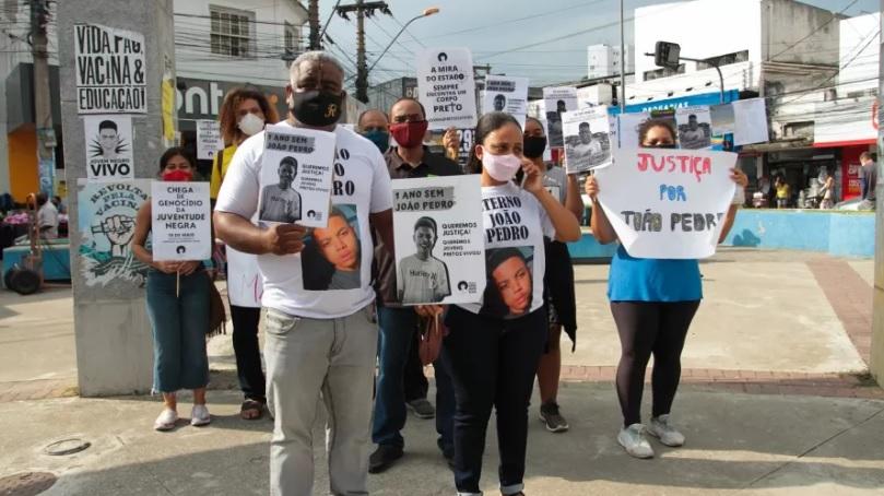 Neilton Pinto e Rafaela Coutinho, pais de João Pedro, participam de ato em São Gonçalo, RJ/Pedro Conforte/Immagini/Estadão Conteúdo