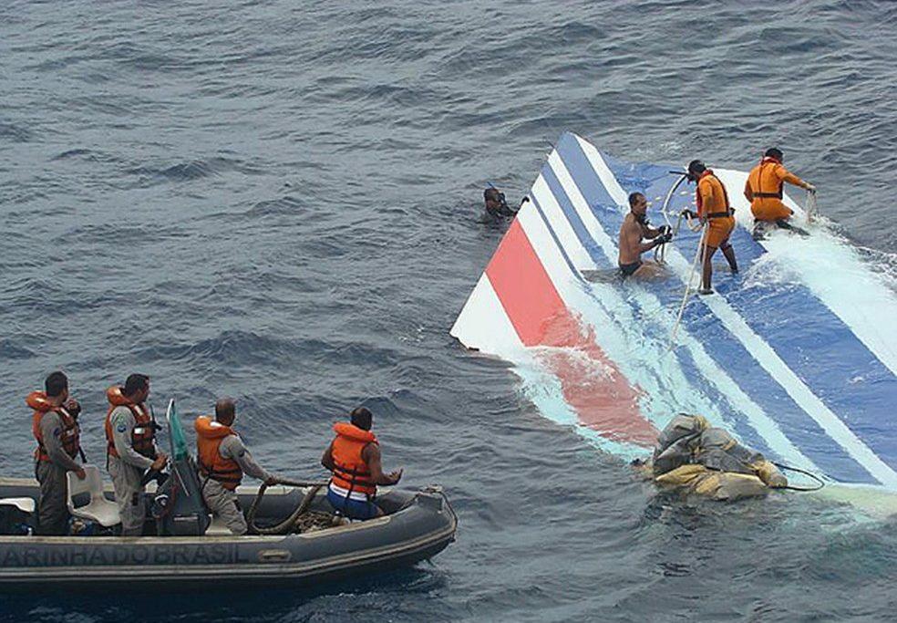 Equipe da Marinha recupera destroço do voo 447 em 8 de junho de 2009/The New York Times