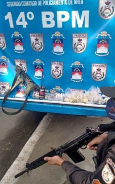 Submetralhadora, drogas e rádio transmissor foram apreendidos pelos policiais do 14ºBPM (Bangu)/Divulgação/PMERJ