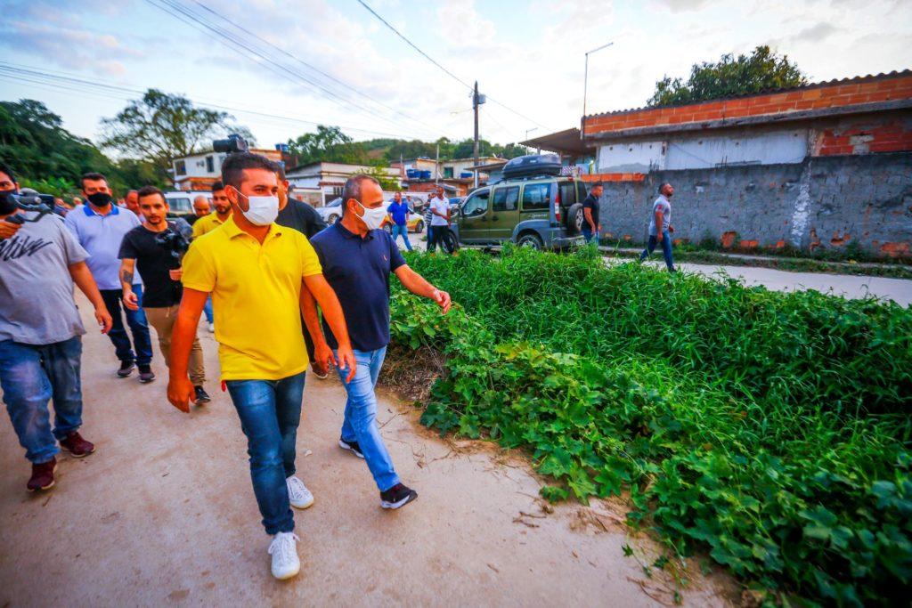 Waguinho (D) e o vereador Markinho Gandra percorreram ruas do bairro Magalhães/Rafael Barreto/PMBR