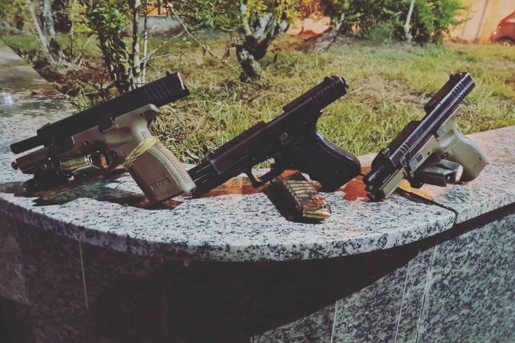 Os agentes apreenderam pistolas que estavam com os suspeitos/Reprodução