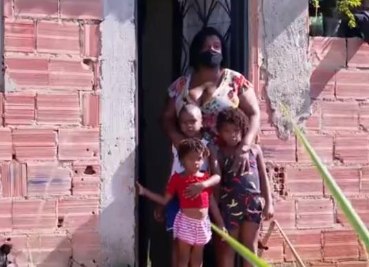 Marcelle e os três filhos enfrentam a falta de alimentos e o descaso da prefeitura/Reprodução