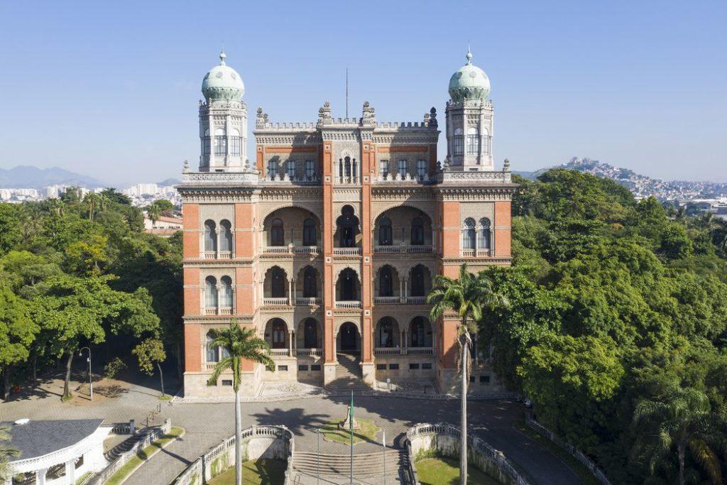 Tomada aérea da fachada e terraço do Castelo da Fiocruz/Reprodução