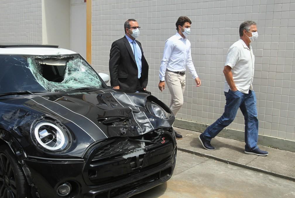Marcinho e seu pai, Sérgio Lemos de Oliveira chegam na 42ª DP (Recreio)/ESTEFAN RADOVICZ/AGÊNCIA O DIA/AGÊNCIA O DIA/ESTADÃO CONTEÚDO