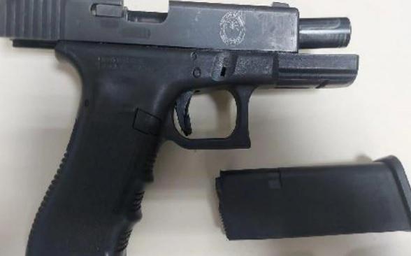Os agentes apreenderam uma pistola Glock calibre .40 com brasão da Polícia de Miami (EUA)/Divulgação/Polícia Civil