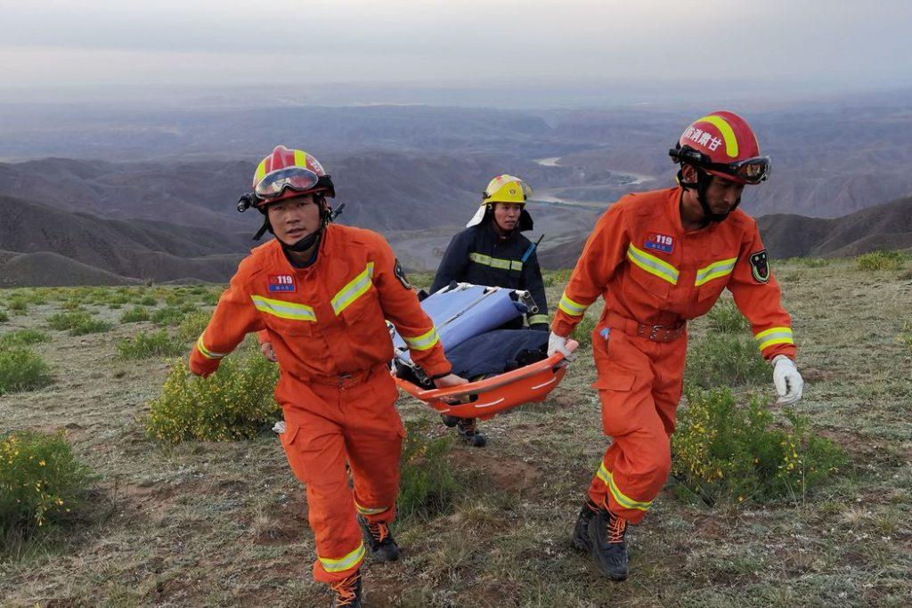 Equipe de resgate carrega corpo de um dos atletas/ Reuters/ cnsphoto