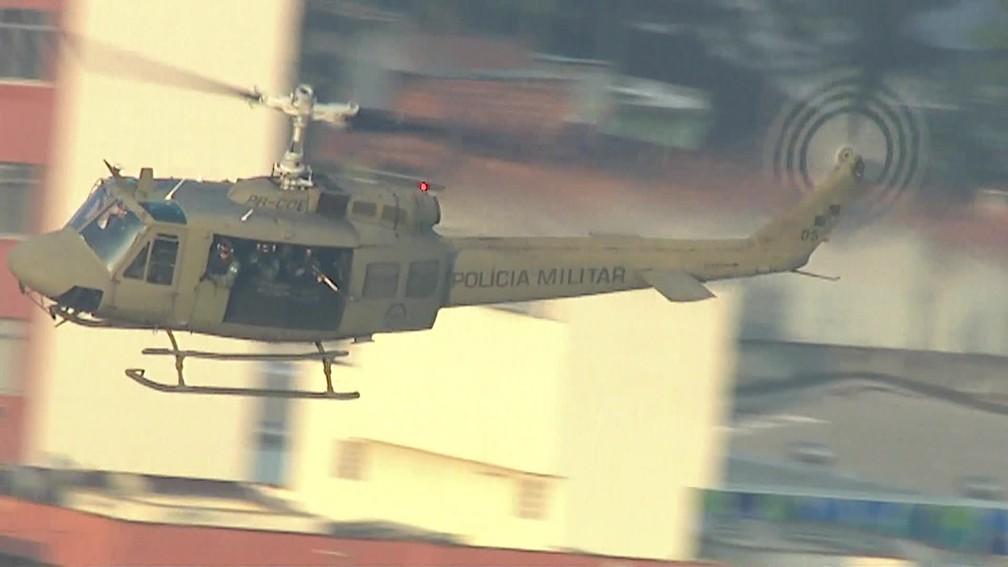 Helicóptero da Polícia Militar sobrevoa a comunidade do Jacarezinho, no Rio, em operação em 2019/Reprodução/ TV Globo