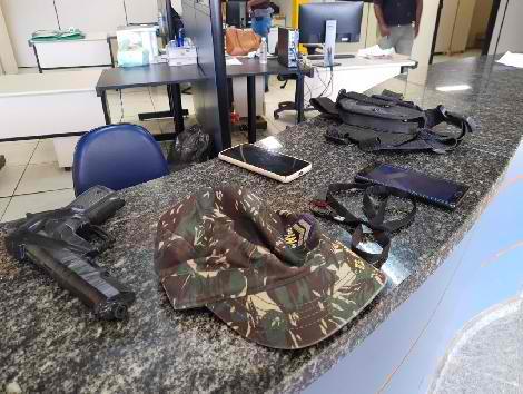 Os agentes apreenderam documentos, telefones celulares e simulacro de arma de fogo/Divulgação