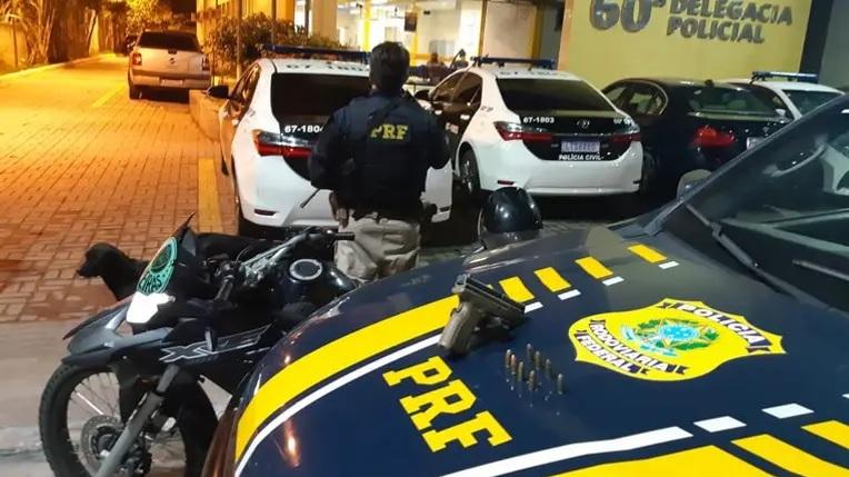 Legenda - Na ação, dois indivíduos foram detidos após tentativa de fuga/Divulgação PRF