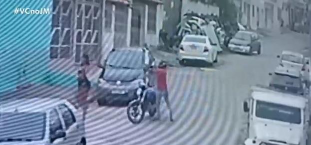 Imagens de câmera mostram momento em que bandido atira na mulher/Reprodução