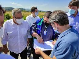O secretário de Estado das Cidades, Uruan de Andrade, e o presidente do DER-RJ, Luiz Roberto de Souza, discutem o projeto com autoridades do município/Divulgação/Governo do RJ