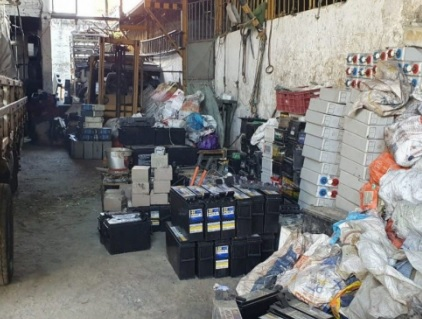 No local, agentes encontram 185 baterias que eram de operadoras de telefonia/Divulgação / Polícia Civil