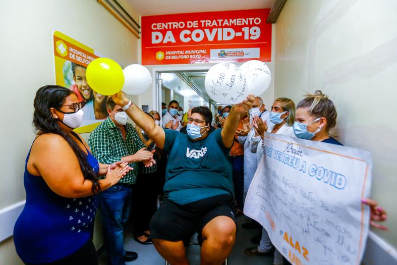 Athayde se emociona ao rever a esposa Leilane, depois de posar para foto com a equipe do Hospital Municipal/Rafael Barreto/PMBR