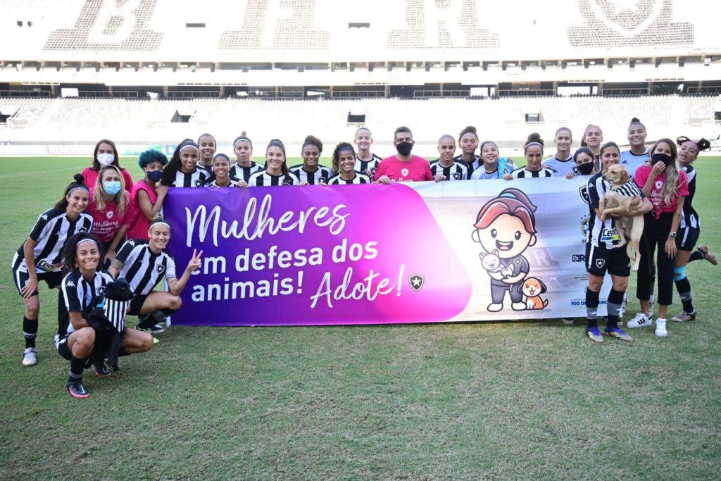 Os animais entraram acompanhados das jogadoras de futebol feminino na partida entre Botafogo e São José/Divulgação/Governo do RJ