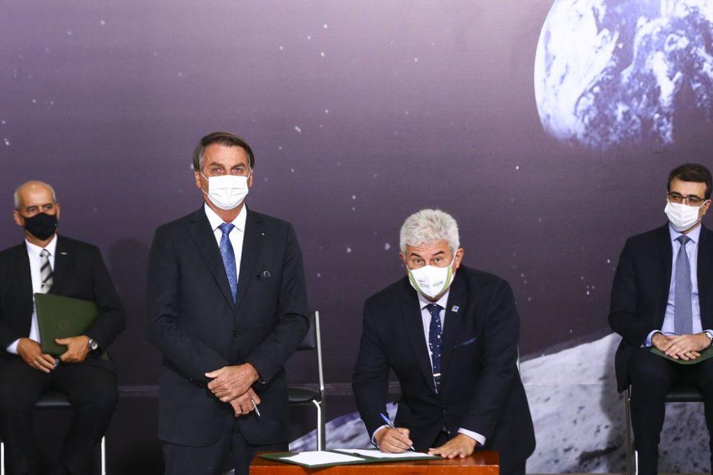 O presidente Jair Bolsonaro e o ministro de Ciência, Tecnologia e Inovação, Marcos Pontes, durante cerimônia de assinatura de acordo com os EUA para participar do Programa Lunar Nasa Artemis/Marcelo Camargo/Agência Brasil