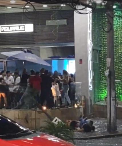 A briga generalizada aconteceu na varanda da boate e terminou na rua com troca de socos: cena rotineira/Reprodução