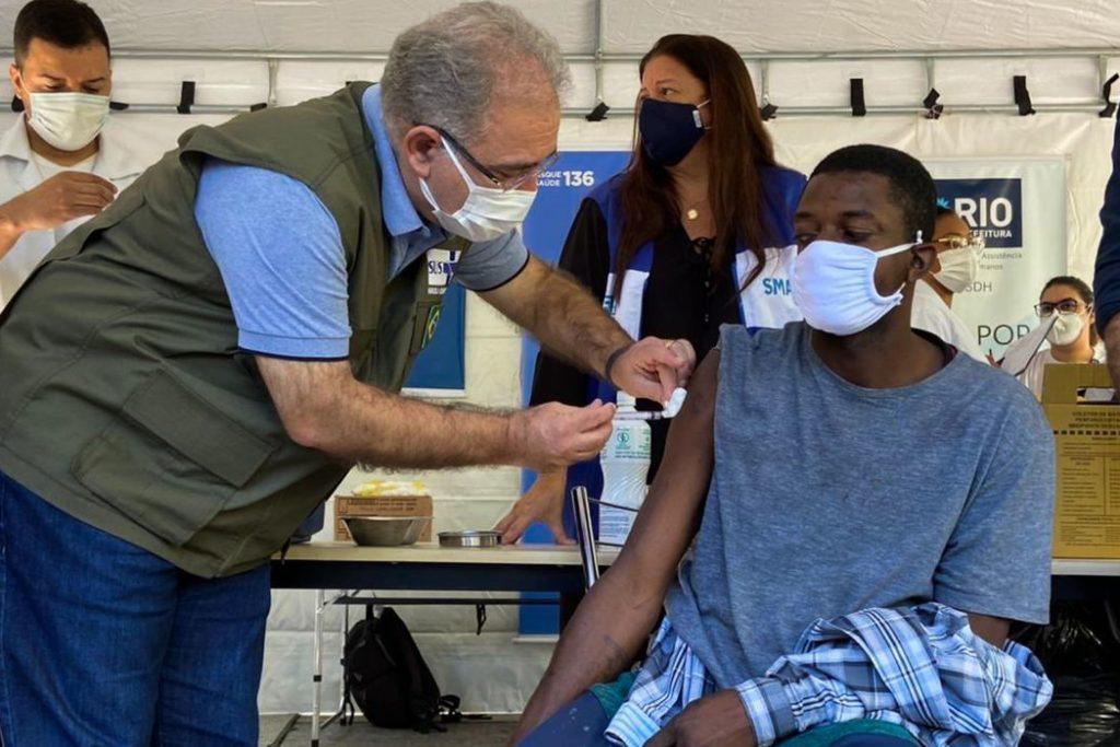 Marcelo Queiroga aplica dose durante vacinação na Praça da Cruz Vermelha no  Centro do Rio/Reprodução Twitter/Marcelo Queiroga Saúde