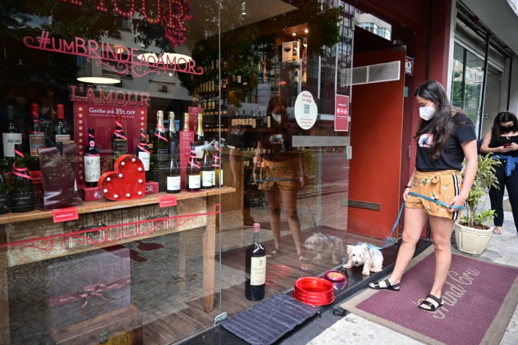 A loja de vinhos Grand Cru, em Copacabana, que já oferece ração e água para os animais abandonados que passam por sua porta/Divulgação