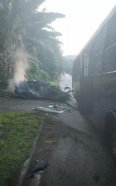 O carro da vítima ficou totalmente destruído no impacto que aconteceu na altura do KM 532, em Angra dos Reis/Reprodução