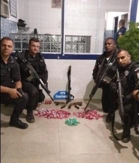Os policiais com o material apreendido após estourar a boca de fumo no Limoeiro/Divulgação