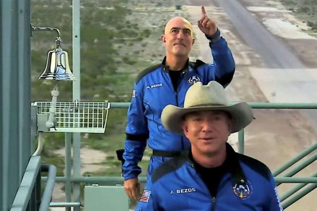 Bezos, usando um chapéu de cowboy e um traje de voo azul, decolou com mais três tripulantes do deserto no oeste do Texas/Blue Origin/via REUTERS