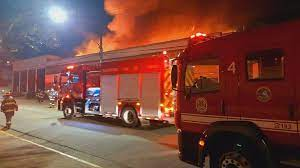 Bombeiros trabalham para controlar o fogo no prédio da Cinemateca que arde em chamas e transforma em cinzas acervo do cinema nacional/Reprodução