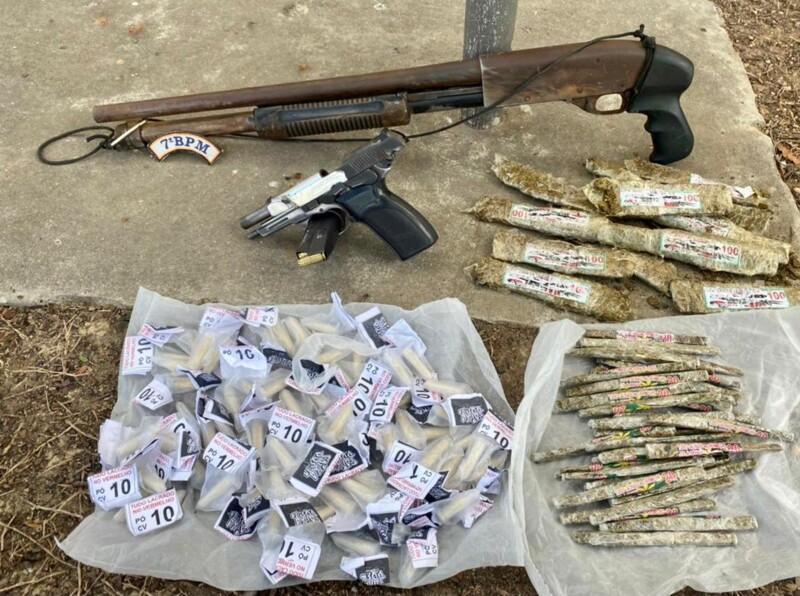 Armas e drogas apreendidas com os suspeitos/Divulgação