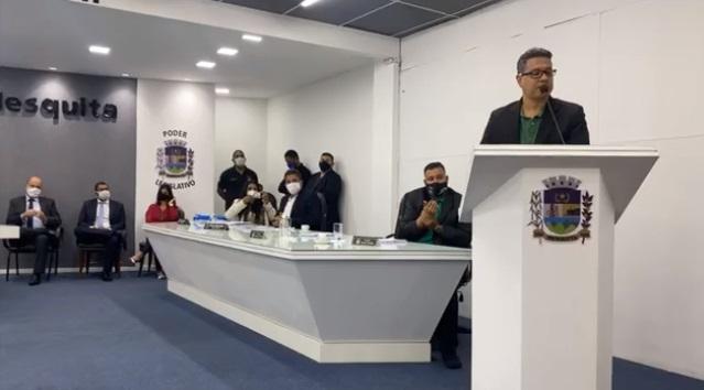 Na sessão na última quarta-feira, Sancler anuncia divisão de atribuições da presidência com Roberto Emídio (sentado ao lado)/Reprodução