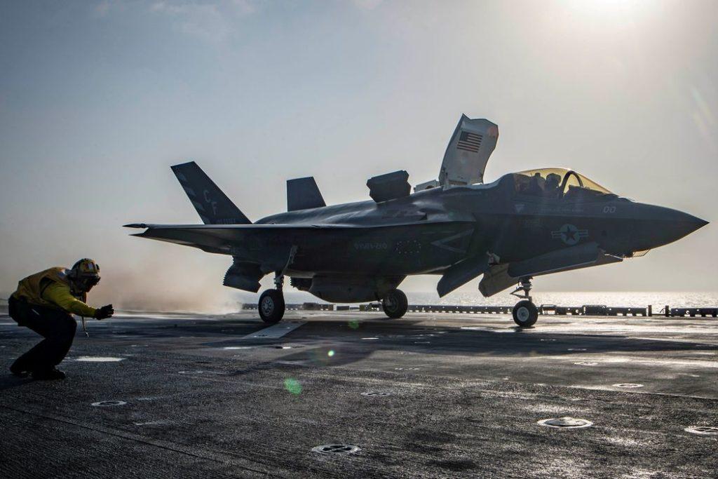 Aeronave decola de porta-aviões americanosMarinha dos Estados Unidos/Reuters/Direitos reservados