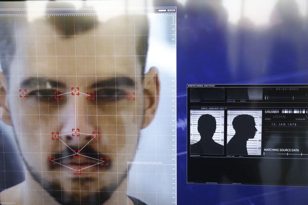 Demonstração de software que o Disque Denúncia passa a utilizar em parceria com The Staff of Security, em que compartilha seu banco de dados de foragidos da justiça com câmeras de segurança que utilizam sistema de reconhecimento facial/Fernando Frazão/Agência Brasil