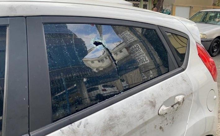 Veículo usado pelo policial morto tinha pelo menos seis marcas de tiros/Divulgação