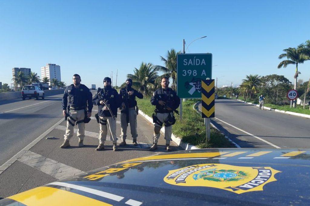 Agentes da Polícia Rodoviária Federal se posicionam em área próximo ao terreno/Divulgação/PRF