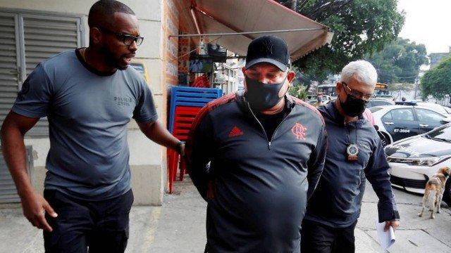 Agentes fazem cerco na entrada da casa de Valdir Marques/Fabiano Rocha / Agência O Globo
