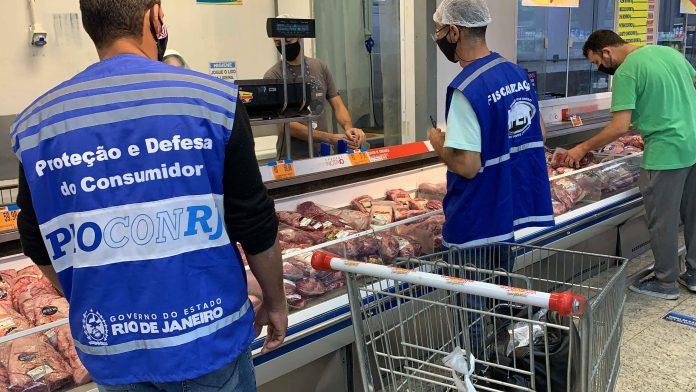 Agentes do Procon-RJ fiscalizando setor de açougue/Divulgação/Governo do RJ