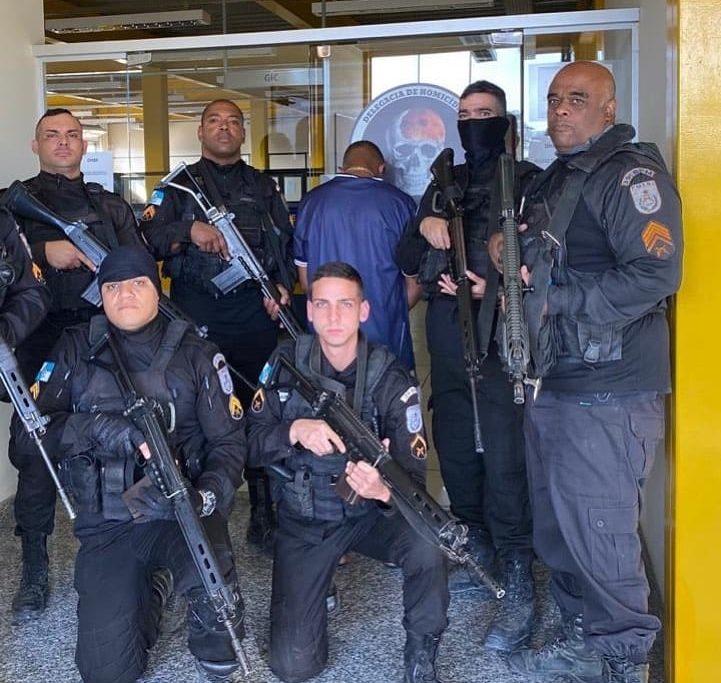 Traficante Rabicó e os policiais do 39º BPM, que o prenderam/Reprodução