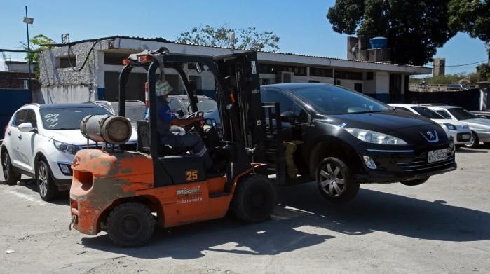 Medida valerá mesmo quando o veículo estiver guinchado em cima do reboque/Daniel Castelo Branco / Agência O Dia