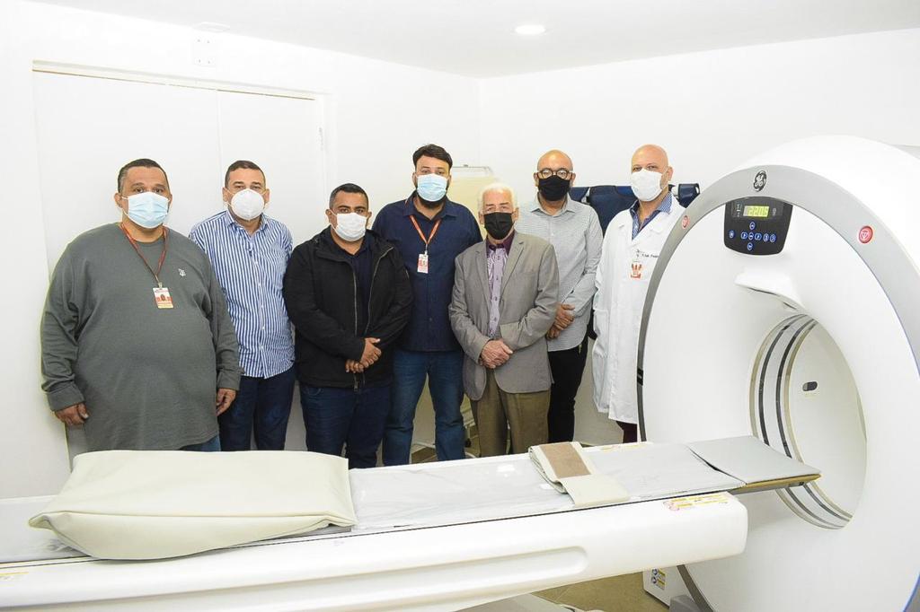 Secretário Christian Vieira (4º da esquerda para a direita), integrantes do governo e do centro médico percorreram as dependências da unidade/Rafael Barreto/PMBR