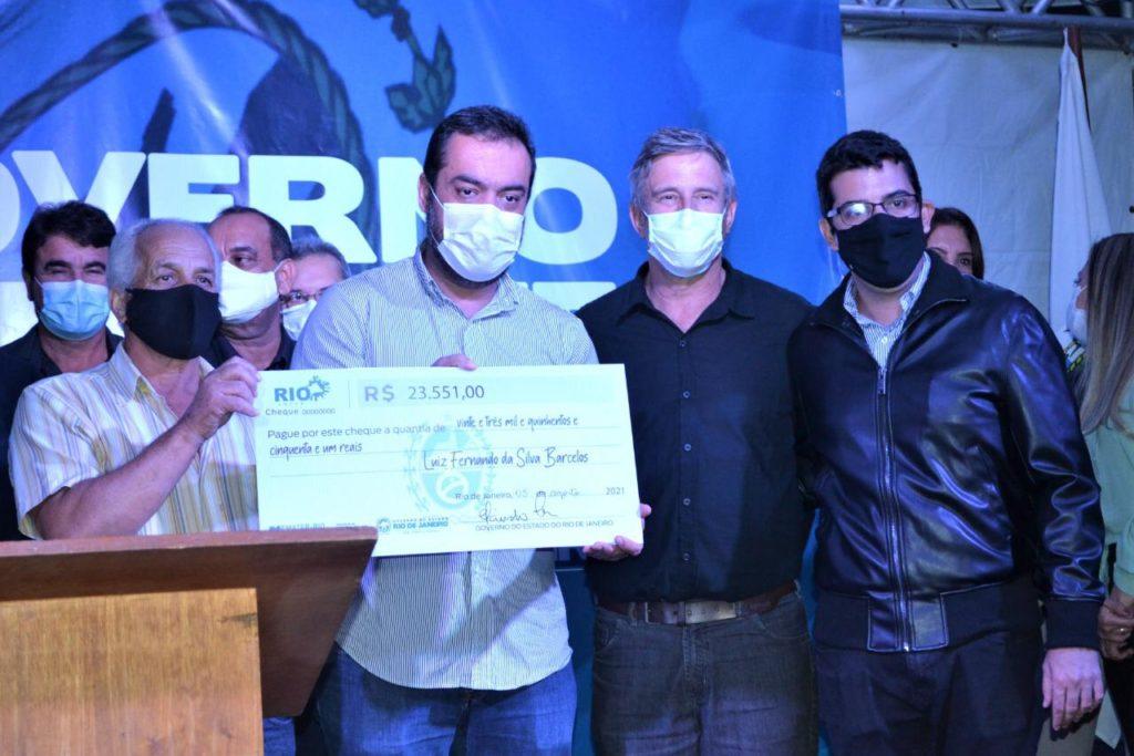 o governador Cláudio Castro e o secretário de Agricultura, Marcelo Queiroz, entregaram cheques simbólicos do Agrofundo para os produtores locais/Divulgação/Governo do RJ